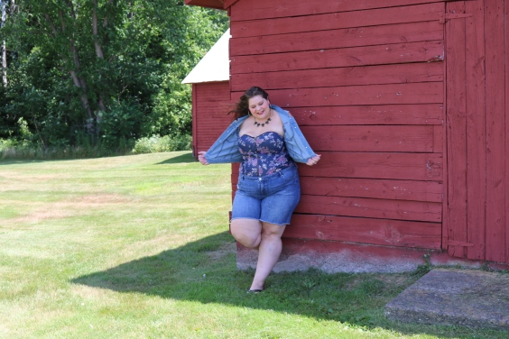 Here I am with my Lane Bryant jean vest, with a Torrid corset top and jean shorts. This vest is just so perfect to go with that corset top, provides the exact shoulder coverage that I mentioned earlier.
